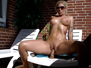 Tanned babe enjoys her strong toy out to the sunlight